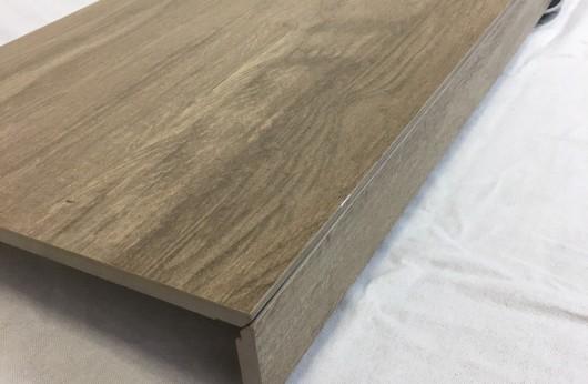Gradone Lineare a elle effetto legno Brown 30x120 con aletta 5cm.