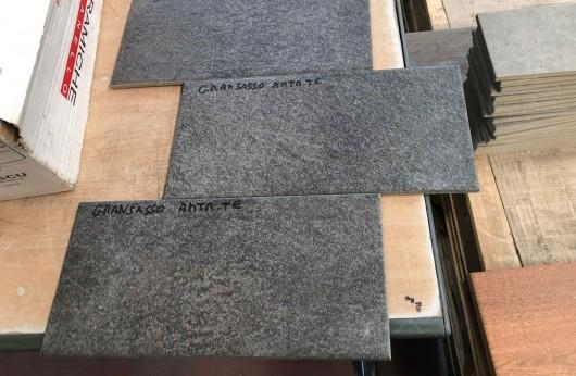 Pavimento in gres porcellanato Gransasso Antracite 15x30,5 grip per esterno