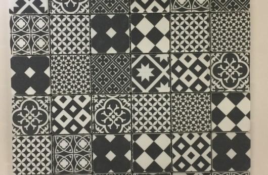 Mosaico cementina Antracite 5x5 su rete in gres porcellanato.