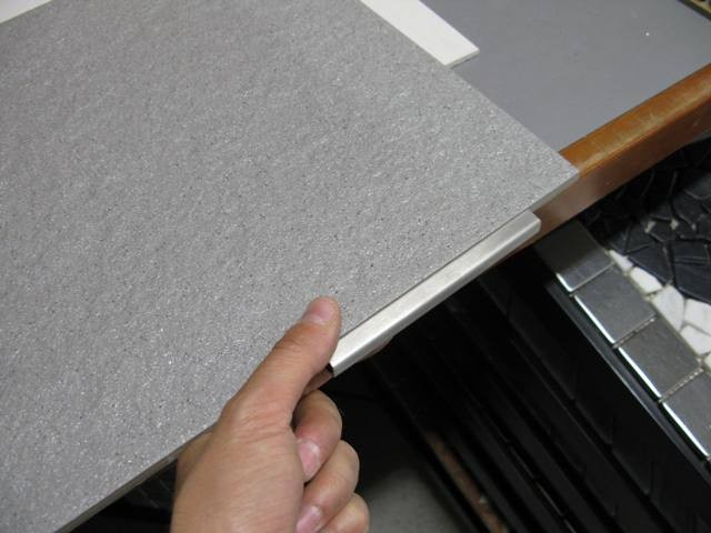 Profilo in alluminio anodizzato adatto come decoro fra le